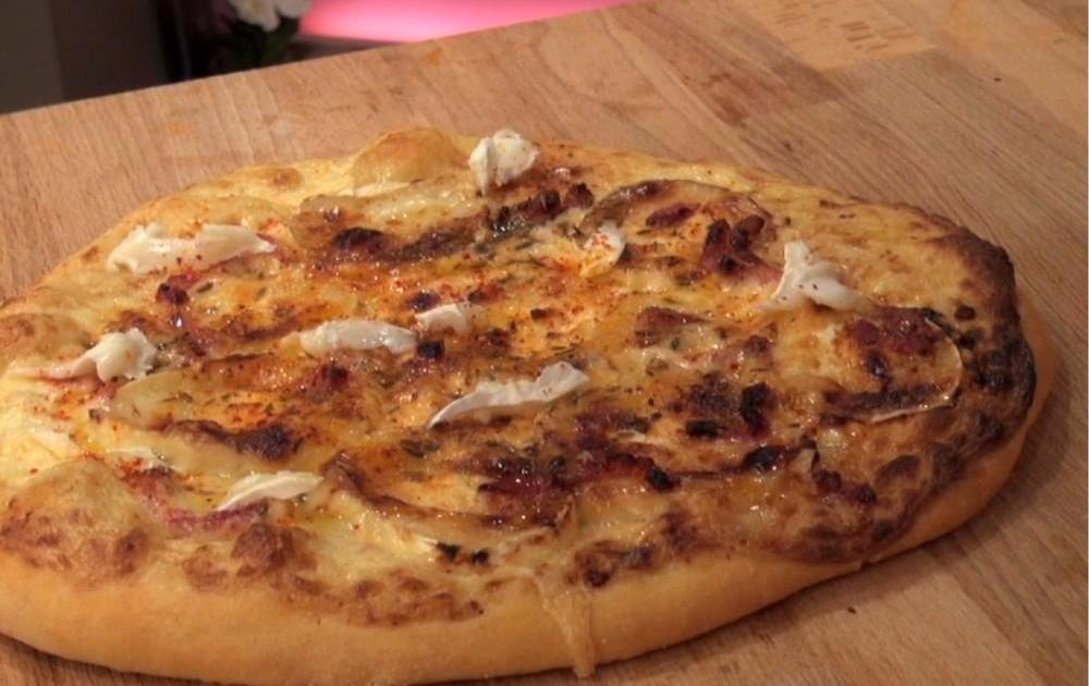 recette pizza au fromage de ch vre en vid o. Black Bedroom Furniture Sets. Home Design Ideas