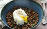 Salade de lentilles aux herbes et aux œufs pochés