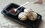 Macarons au chocolat blanc, décorés de chocolat noir