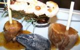 Barbecue imaginaire ou le filet mignon de veau en sauce de baies roses, brochette de crevettes roses, millefeuille d'aubergine à la brousse et charbon de bois incandescent