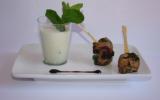 Smoothie de concombre, chèvre et menthe, minis-brochettes d'agneau épicées