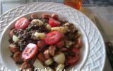 Salade de lentilles, saucisses, tomates, emmental