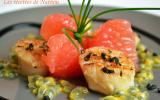 Noix de St Jacques poêlées au poivre de Timut, pamplemousse rose et fruit de la passion