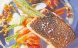 Dos de bars rôtis aux coques, réduction de Noilly et brochette d'écrevisses marinées