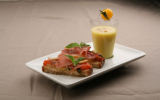 Gaspacho de tomates jaunes, brucchetta tomate mozza et jambon d'Aoste