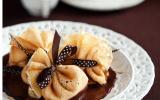 Petites aumônières de crêpes aux poires sauce chocolat