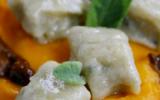 Gnocchi de Roquefort au beurre de sauge sur lit de crème de Potimarron, brisures de châtaignes et sauce aux cèpes