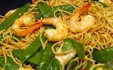 Wok de nouilles chinoises aux crevettes et aux légumes