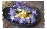 Salade de fleurs de glycine et coeurs de palmier.