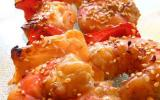 Brochettes de saumon et de crevettes marinées à la sauce gingembre soja panées aux graines de sésame