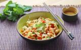 Salade de crevettes, menthe, poivrons et pousses de bambou