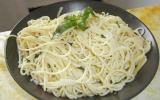 Spaghetti à l'ail, basilic et huile d'olive