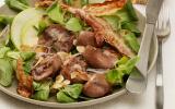 Salade de mâche au rognon de bœuf, lard grillé et lamelles de pomme
