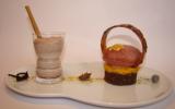 Fève de cacao Xocoméli sur une marmelade de clémentine vanille bourbon et brownie, accompagnée d'un chocolat frappé au goût de pain d'épices