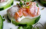 Bouchées de saumon fumé à l'aneth sur concombre