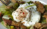Salade tiède, confit de canard, foie gras et oeuf poché