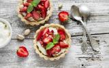 Tartelette aux fraises, crème à la pistache accompagnée d'une sucette de fraises glacée aux framboises entières