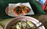 Poulet pané au parmesan, pommes de terre au four et sauce à la ciboulette