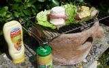 Ma recette barbecue :CHABICHOU du POITOU  dans sa feuille de chou, habillé jambon de pays, maquillé Amora, cuit sur la braise sur notre réchaud en terre de grand-mère.