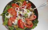 Salade composée, riz, maïs, poivrons, haricots rouges et tomates