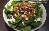 Salade d'épinards au chèvre et aux noisettes