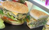 Burger végétarien à l'avocat et sucrine