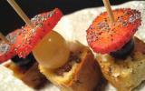 Brochettes de mini-cakes, noix, lardons et roquefort