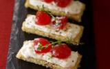 Tartine de harcha aux figues séchées, crème de buchette de chèvre et marmelade de tomates au thym