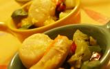 Noix de st jacques poêlé au caramel d'agrume & son tartare de fruits  sur lit vert parfumé au poivre Sichuan