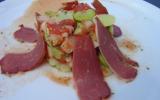 Salade de fèves à la tomate, magret de canard et ses petits lardons