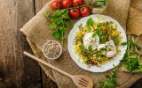 Salade de lentilles aux herbes et aux oeufs pochés