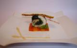 Ballotine de daurade aux épinards et olives noires, poivrons confits aux herbes de Provence, réduction moutardée au piment d'Espelette et poivron rouge, arrête croustillante aux graines de sésame