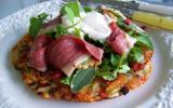 Salade de cresson et d'herbes fraîches sur rösti garnie de magret de canard fumé