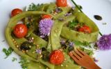 Salade de haricots plats, kasha, tomates cerise rôties et graines - sauce aillée