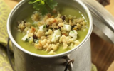Soupe de petits pois, fromage de chèvre et méli-mélo gourmand