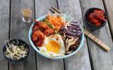 Bibimbap coréen aux crevettes, légumes et champignons