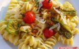 Pasta à la crème de courgette safranée, fleurs et tomates cerises