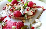 Galette de sarrasin au roquefort Papillon et aux framboises & salade de petits légumes croquants