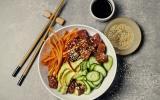 Poke bowl au thon avocat quinoa et crudités