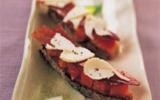 Mouillette de jambon cru cinta senese, abricots et copeaux de Picodon