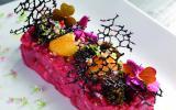 Pièce de bœuf taillée au couteau, condiments, caviar Schrenki, jaune cristalline et tuile au Sarrasin