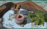 Crème dessert à la nectarine et aux éclats de framboise sur son coulis