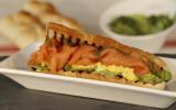 Toast de saumon de Norvège fumé et oeufs brouillés