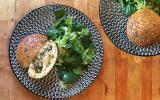 Buns farcis, jambon à l'os, épinards, tome & ricotta
