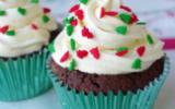 Des cupcakes au chocolat et crème au beurre vanillé à base de meringue suisse