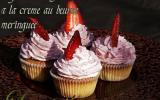 Cupcakes aux fraises à la crème au beurre meringuée