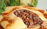 Raviole géante de boeuf au gingembre et son coulis de sésame