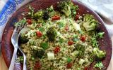 Salade de quinoa, semoule de brocolis et brocolis rôti au cumin