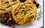 Roulade de crêpes aux courgettes, carottes, sauce et ricotta avec petits champignons pour bento