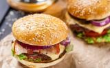 Burger au lard et oignons rouges
